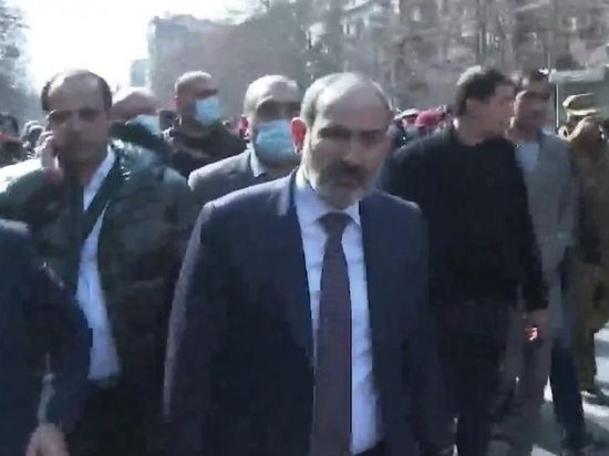 Пашинян и его сын вышли к толпе в Ереване