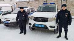 Замерзающего мужчину спасли полицейские в Вологодской области: видео