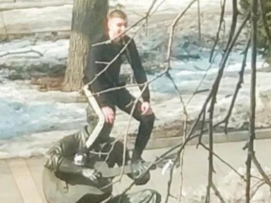 Во Владивостоке мужчина уселся на голову памятника Высоцкому ради фото