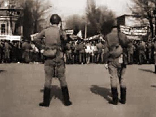 65 лет назад, 25 февраля 1956-го люди вдруг узнали «черную» правду о прежнем «дорогом вожде и учителе». А правда эта прозвучала с самой высокой кремлевской трибуны. Новый руководитель партии Никита Хрущев прочитал на ХХ съезде доклад о культе личности Сталина. Пережить такое потрясение всех прежних основ оказалось трудно, тот день разорвал историю СССР надвое: ту, что «до» и ту, что «после». Для некоторых жителей страны низвержение их прежнего кумира оказалось  смертным приговором.