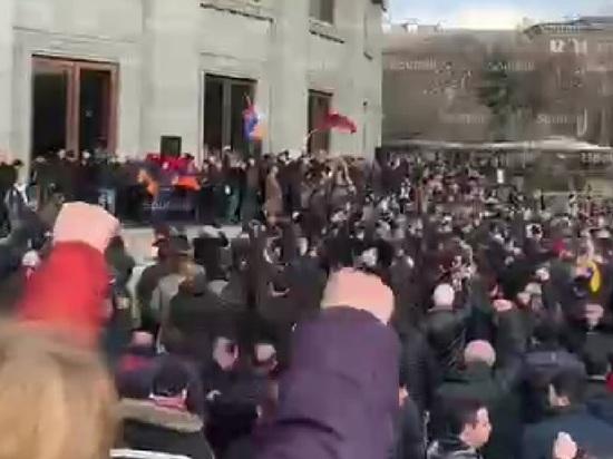 Оппозиция решила ночевать на площади Свободы до отставки Пашиняна