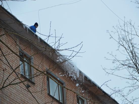 Из-за потепления в Твери стали тщательнее следить за сходом снега с крыш
