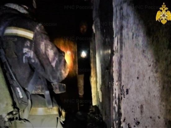 Пожарные спасли ночью 11 человек из горящего дома в Барнауле