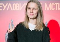 Актриса Дарья Мельникова прокомментировала распространившиеся в соцсетях слухи о том, что якобы умер ее муж — актер Артур Смольянинов