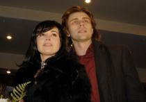 Несмотря на появляющиеся сообщения, что состояние больной раком актрисы Анастасии Заворотнюк постепенно улучшается, это, по всей видимости, дается ее супругу Петру Чернышеву непросто