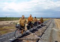 Сотрудники нашей дипломатической миссии в КНДР при возвращении в Россию вынуждены были пересекать границу по железнодорожному мосту пешком, погрузив вещи и детей на дрезину