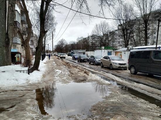 """""""Пусть бегут неуклюже"""": тротуары в Твери превратились в каток с водой"""