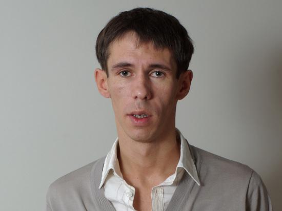 """43-летний актер Алексей Панин, известный по фильмам """"Звезда"""", """"Жмурки"""" и сериалу """"Солдаты"""" забрался абсолютно голым на скалу в испанском курорте Аликанте, где он не с недавнего времени проживает со своей дочерью"""