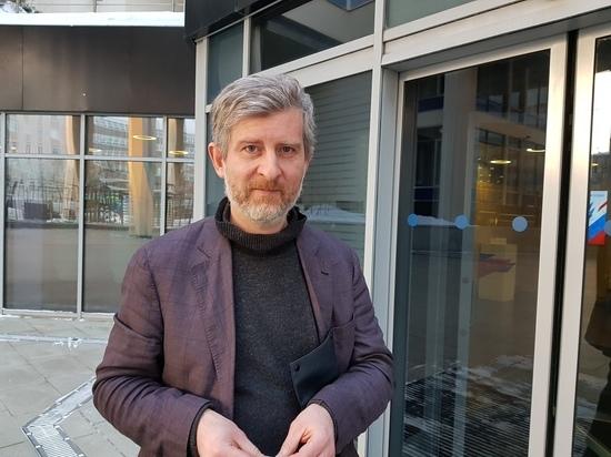 Кинорежиссер Николай Хомерики, участвовавший в Каннском фестивале с картинами  «Сказка про темноту»,  «977», «Вдвоем», снявший  «Сердца бумеранг», «Ледокол», «Селфи»,  в декабре прошлого года представил на кинофестивале «Окно в Европу» в Выборге  фильм  «Белый снег»