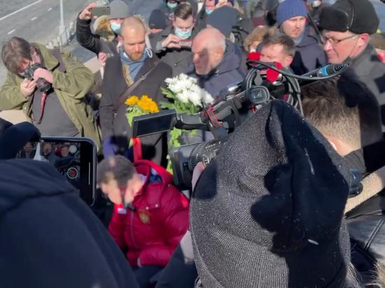 Москвичи несут цветы к месту гибели Немцова