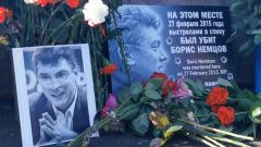 Россияне несут цветы к месту гибели Немцова: кадры из центра Москвы