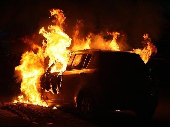 В Твери водители вместе тушили загоревшийся автомобиль