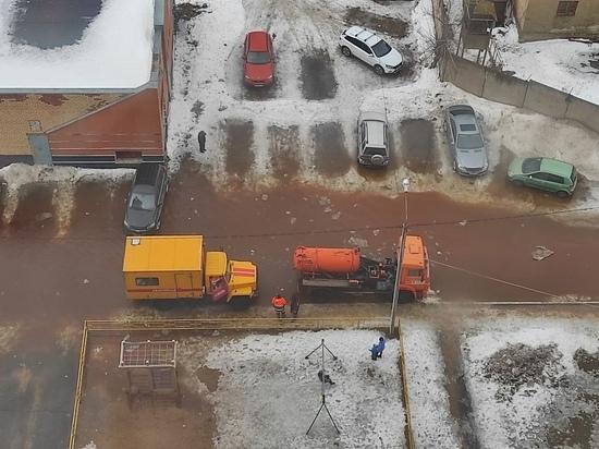 В Твери очередной прорыв трубы: затоплено Петербургское шоссе