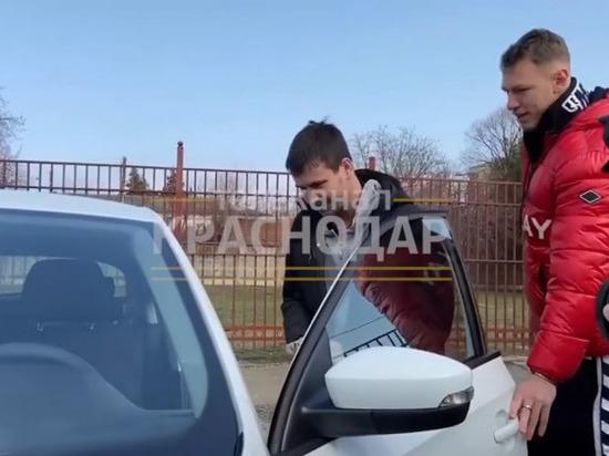 Футболисты клуба «Краснодар» подарили таксисту с ДЦП новое авто