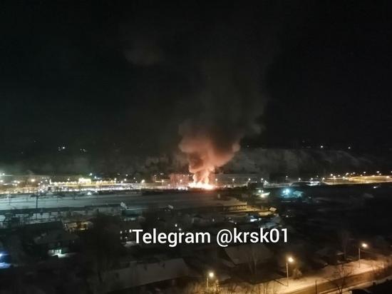 На правом берегу Красноярска загорелась автомойка