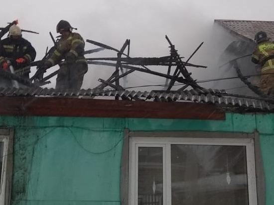 Пожарные вывели школьницу из горящего дома в Новоалтайске