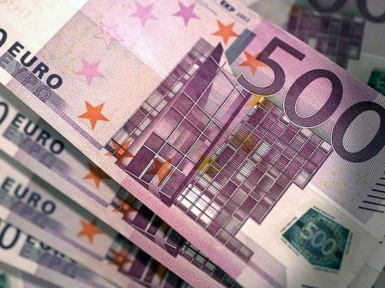 Официальный курс евро снизился на 93 копейки