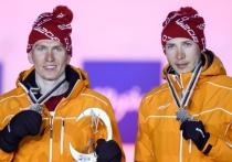 Сборная России по лыжным гонкам продолжает свой извилистый путь на чемпионате мира-2021 в Оберстдорфе. У Александра Большунова пока получается лучше всех — две медали после двух гонок, одна из которых золотая. Бронза в командном спринте — это не то, на что рассчитывал лидер команды, поэтому его реакция после гонки разочаровала многих фанатов и экспертов.