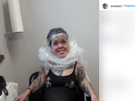 У погибшей Анны Каст (Кастельянос), бывшей участницы группы Little Big, был свой салон тату в Петербурге - маленькая комнатка в одном из ДК на первом этаже