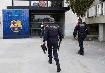 В клубный офис «Барселоны» на «Камп Ноу» приехала полиция: бывшего президента Жозепа Бартомеу и еще нескольких руководителей арестовали. Это продолжение так называемой операции под названием «Барса-гейт». «МК-Спорт» расскажет, что случилось.