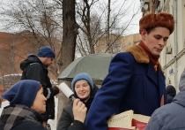 Ранним воскресным утром в центре Москвы редкие прохожие с удивлением смотрели на высоченного человека с красной сумкой на плече, набитой старыми газетами