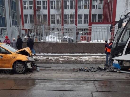 В центре Москвы такси протаранило трамвай, есть пострадавшие