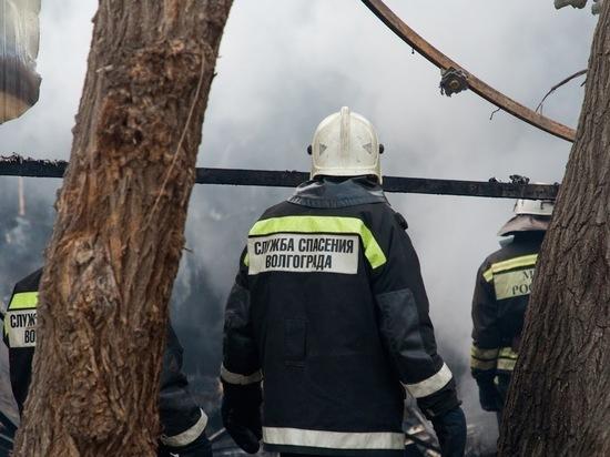 В Волгоградской области сгорел деревянный дом, есть пострадавшие