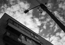 «Срок – неделя»: в Астрахани обманутые дольщики после многолетнего ожидания решения проблемы выходят на одиночные пикеты у здания администрации губернатора