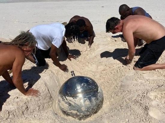 Британка во время отдыха на пляже на Багамах нашла металлический шар с русскими надписями, сообщает издание The Independent