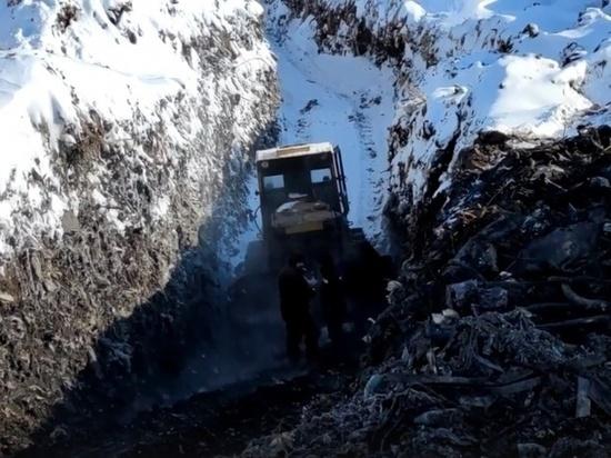 Заброшенную свалку в Омске разрушают ради металла