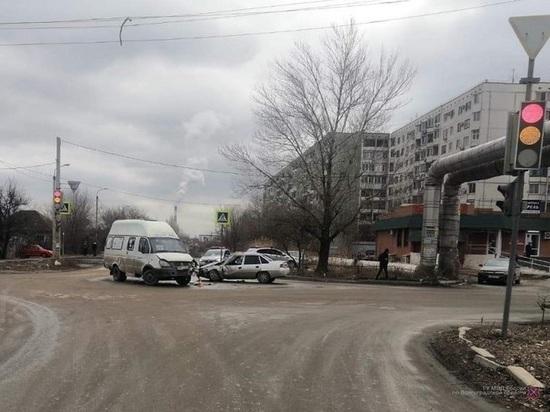 Микроавтобус в Волгограде спровоцировал ДТП, пострадали два человека