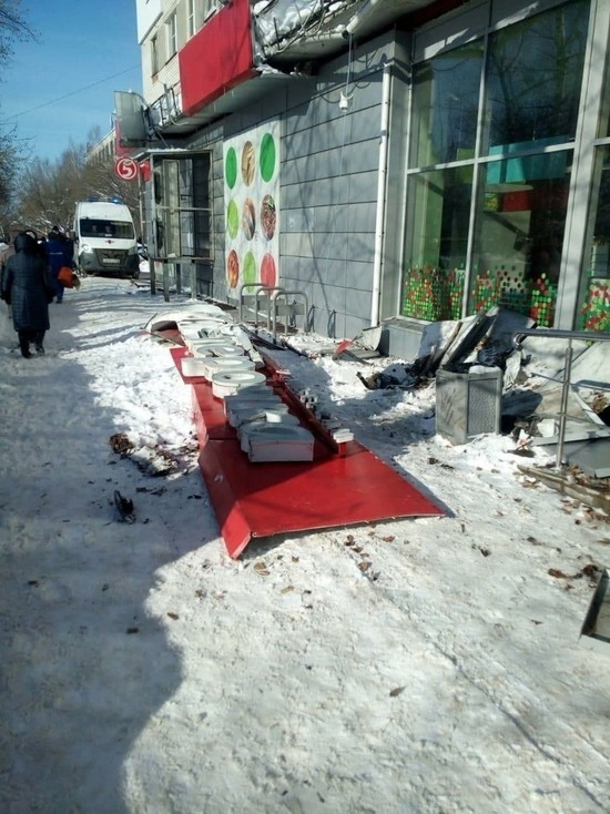 Пожилая нижегородка погибла из-за падения козырька магазина