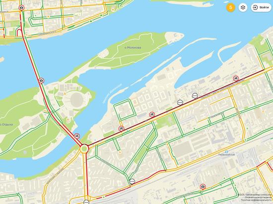 На Коммунальном мосту произошла авария: образовались жуткие пробки