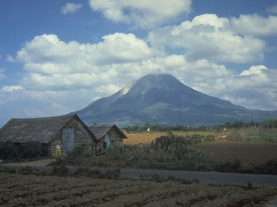 Вулкан на Суматре выбросил пятиметровый столб пепла