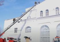 Сгорела обрешетка крыши здания на площади 200 кв