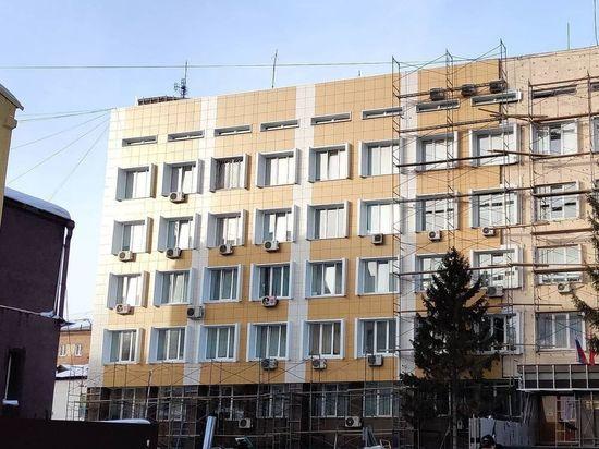Здание советского модернизма в центре Красноярска обшили дешевым вентфасадом