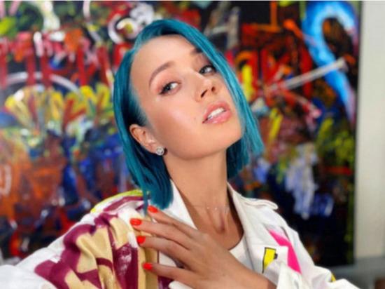 Российская видеоблогер, певица и бывшая ведущая тревел-шоу «Орел и решка» Клава Кока (настоящее имя – Клавдия Высокова) опубликовала на своей странице в Instagram кадры в откровенном наряде, удивив фанатов округлой грудью