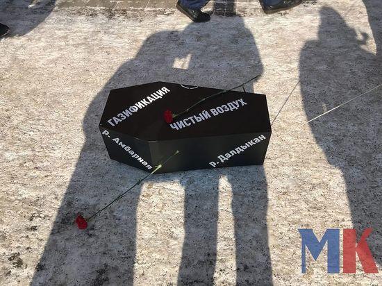 Красноярка приехала с гробом к краевому правительству в знак протеста против «черного неба»