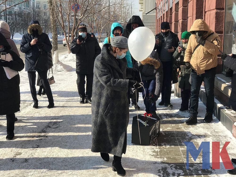 Красноярка с гробом «похоронила экологию» у краевого правительства: фото
