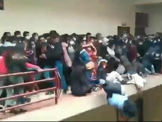 В боливийском вузе при падении с четвертого этажа погибли семь человек