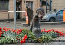 Печальный ангел авторства Романа Шустрова приземлился на скамейку на набережной реки Карповка на день раньше