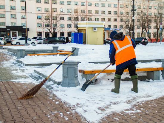 С раннего утра по городу работают 15 спецавтомобилей, посыпая улицы песчано-соляной смесью