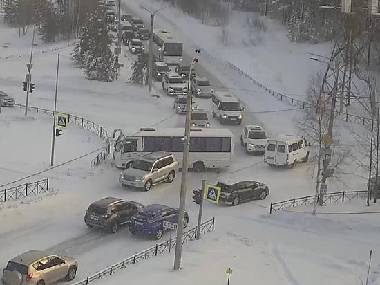 ДТП с автобусом спровоцировало огромную пробку в Ноябрьске