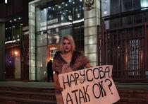Журналистка издания ROMB Софико Арифджанова нарядилась в вечернее платье и в таком виде сфотографировалась у входа в Совет Федерации