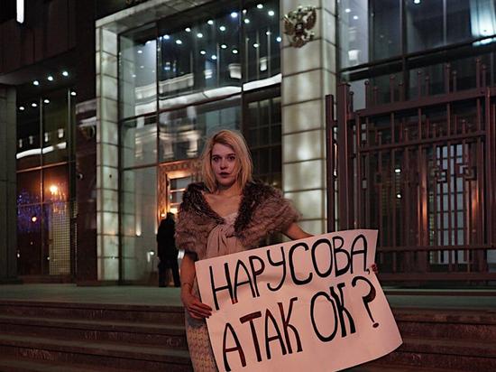 Нарядная журналистка потроллила возмущенную «бомжовыми людьми» Нарусову