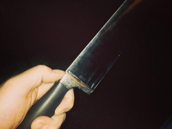Мужчина набросился с ножом на пьяного незваного гостя в ЯНАО и чуть не убил его