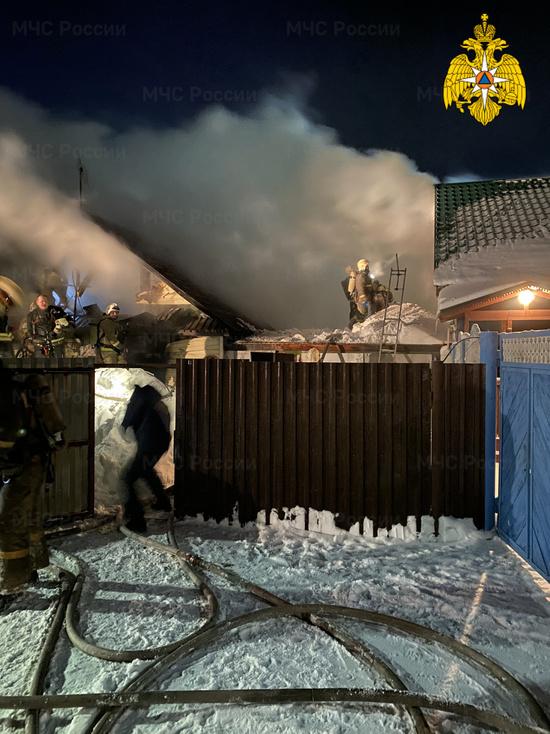 В Барнауле пожарные спасли двух детей и троих взрослых