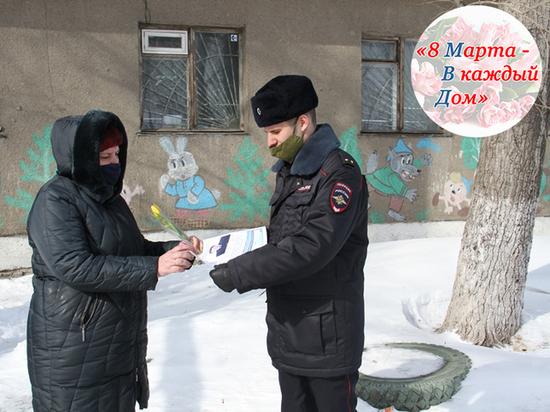 В Алтайском крае участковые полицейские вручили подарки женщинам к 8 марта