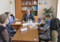 С проблемой переселения из аварийного жилья к Андрею Луценко обратились жители Устюженского района