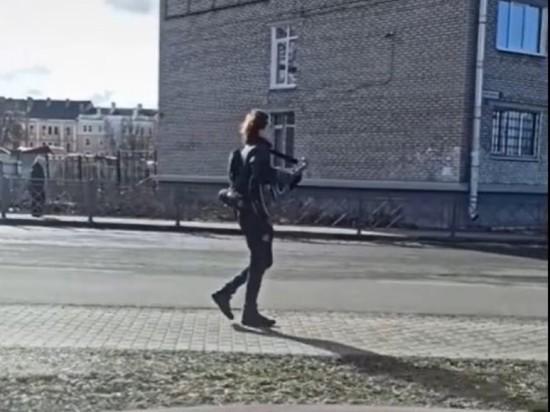 Уличный музыкант поднял настроение псковичам игрой песен Цоя